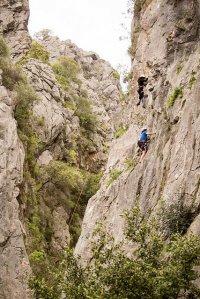 wspinając się na skałkach